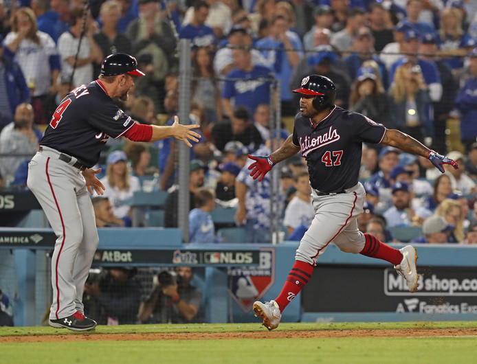 Howie Kendrick (r) gaat langs de honken na zijn beslissende homerun voor de Washington Nationals.