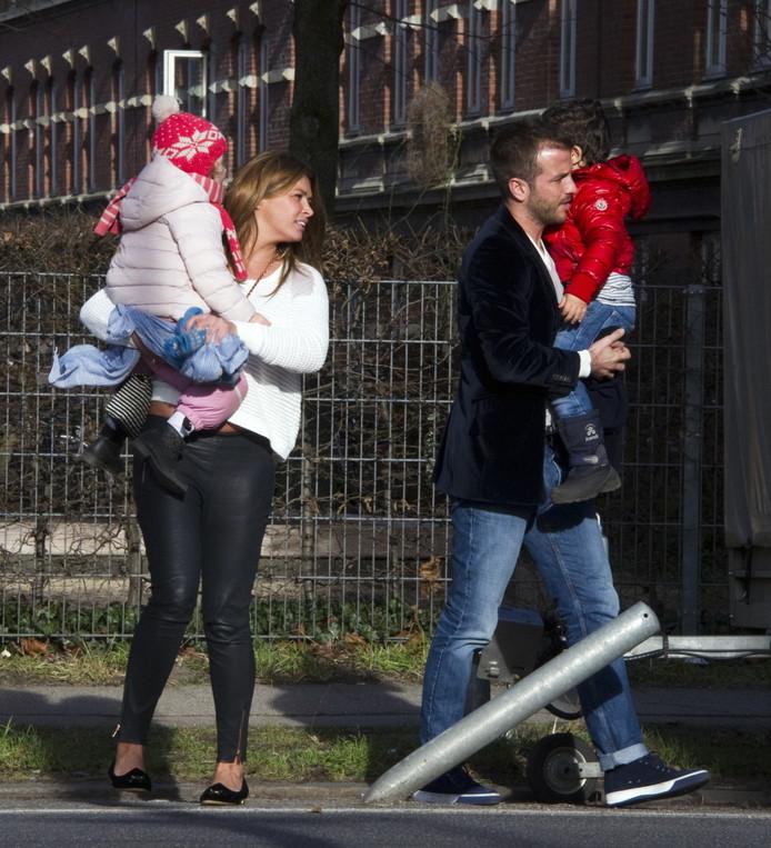 Rafael haalt met Sabia haar kinderen Daamin en Amaya uit school, in 2014.