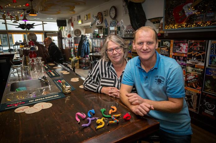 Marion en Patrick Gesell in hun cafe cafe Gesellies. Patrick heeft een Niet Aangeboren Hersenafwijking (NAH). Ze hebben het idee om cafe twee ochtenden in de week open te stellen voor mensen met NAH. Foto: Pix4Profs/Joyce van Belkom