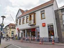 Vrachtwagen ramt balkon boven Hema in Hilvarenbeek, ondanks waarschuwingsbordje
