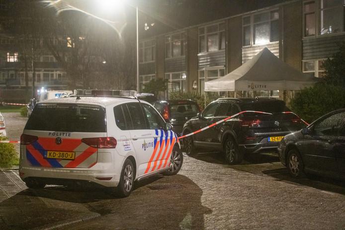 Bij het Topaasplantsoen In Alphen aan den Rijn heeft in de nacht van zaterdag op zondag een steekpartij plaatsgevonden. Daarbij kwam één persoon om het leven, drie andere raakte gewond.