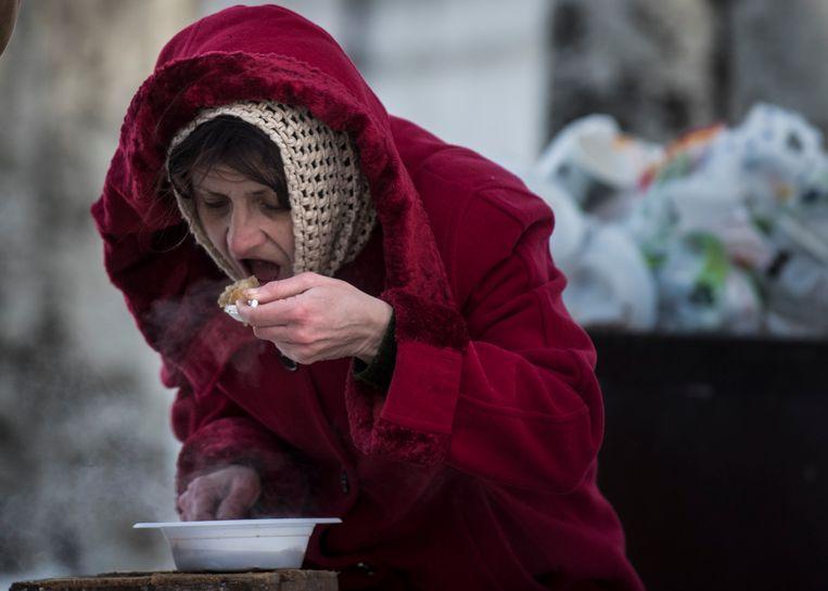 Een vrouw eet een gratis maaltijd in een hulpcentrum in Avdiivka, in het oosten van Oekraïne.