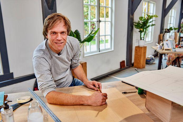 Huib Maaskant achter zijn werkblad bij het programma 'Klein maar Fijn'.