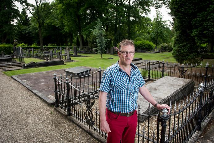 Beheerder Tonnie Homan op Begraafplaats 't Groenedael in Almelo.