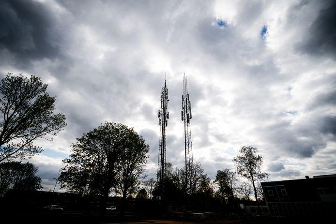 In Nuenen is een tijdelijke zendmast geplaatst naast de zendmast die vorige week doelwit was van brandstichting