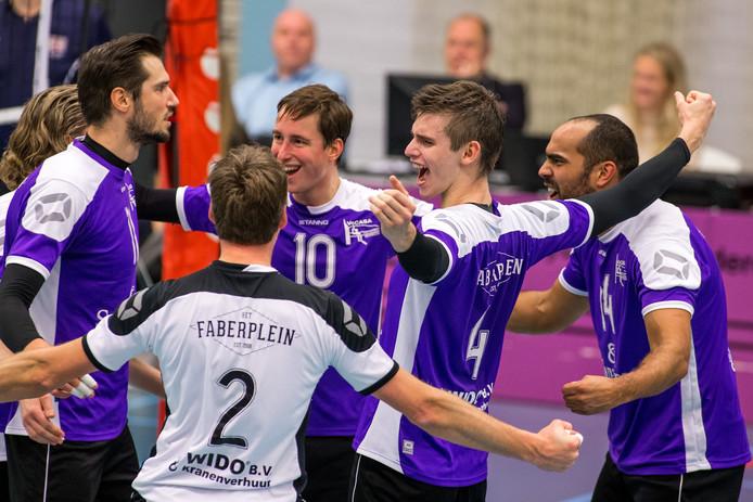 De spelers van Vocasa vieren een punt tegen Orion.