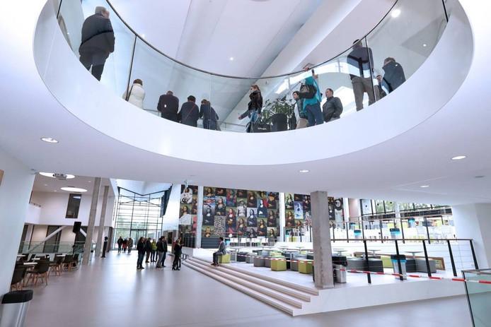 """Tijdens de open dag van het Da Vinci College waren de bezoekers onder de indruk. Zo ook de opa van leerling Joep van Dommele: """"Prachtig. Deze school is echt een trekpleister voor Roosendaal."""" foto Chris van Klinken/Pix4Profs"""