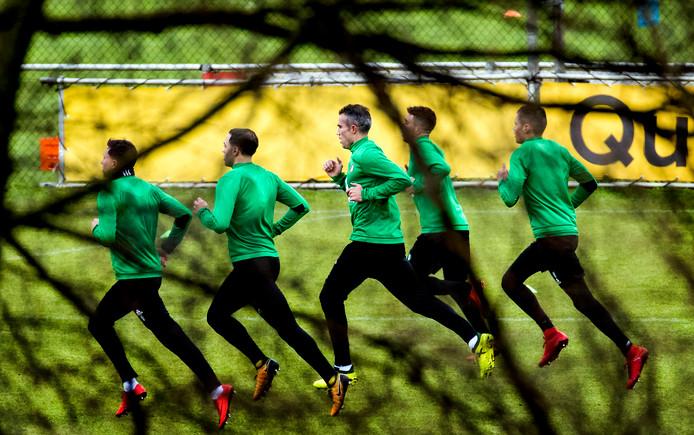 Robin van Persie (M) sluit zich direct na zijn contractondertekening aan bij de Feyenoordselectie voor zijn eerste training.
