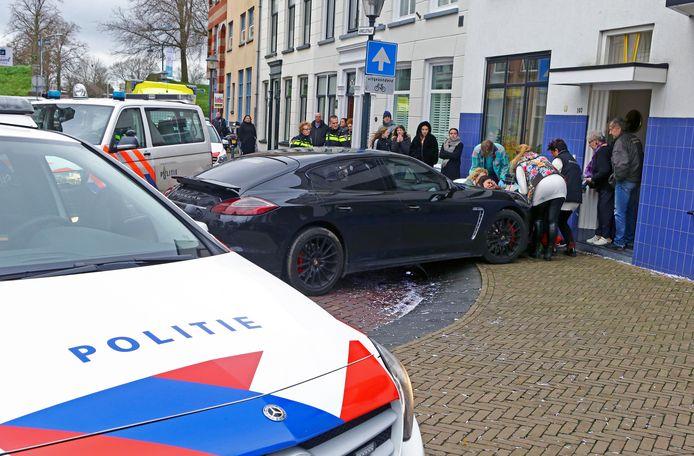 Omstanders bekommeren zich over de vrouw die werd aangereden door de bestuurder van een Porsche.