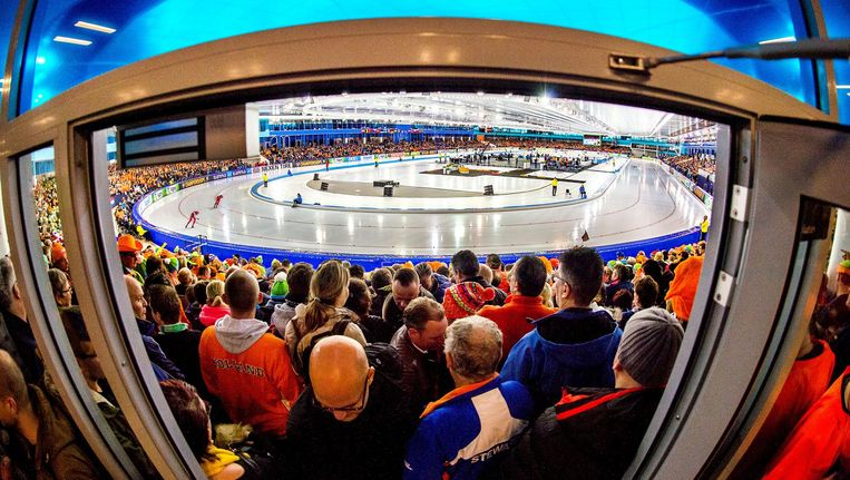 Overvolle tribunes in Thialf op de langste kampioenschapsdag ooit. Beeld Klaas Jan van der Weij / de Volkskrant