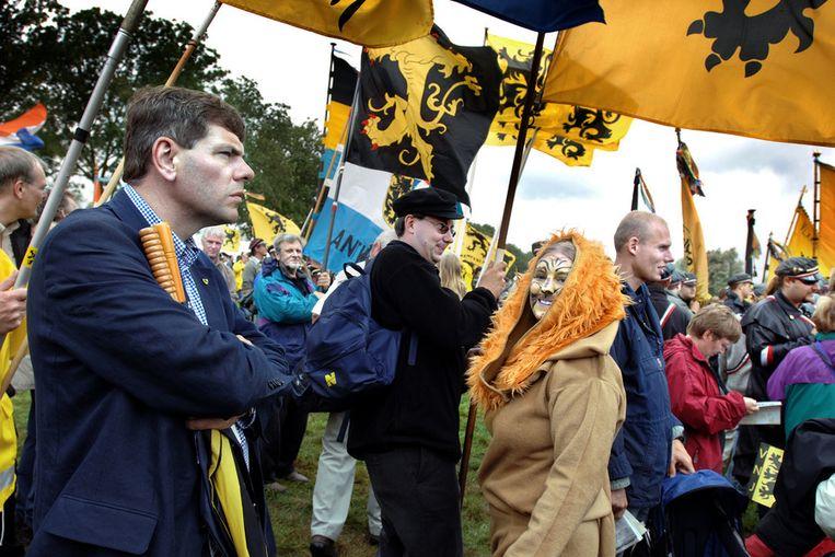 Partijleider Filip Dewinter (links) bij een demonstratie van het Vlaams Belang in 2006. © Joost van den Broek / de Volkskrant Beeld null
