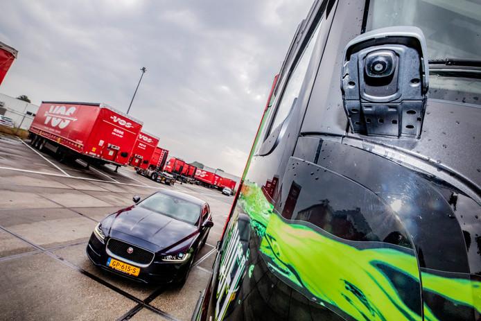 De nieuwe truck van Vos Transport heeft camera's op de plek van de buitenspiegel.