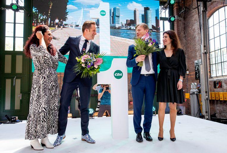 Hugo de Jonge (l) en Pieter Omtzigt met partners krijgen de uitslag van de CDA-verkiezing. Beeld Hollandse Hoogte /  ANP