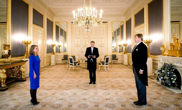 Paleis Noordeinde, 1 november 2017. Koning Willem-Alexander beëdigt M.G.M. Schwengle (links) tot lid van de Raad van State. Beeld ANP