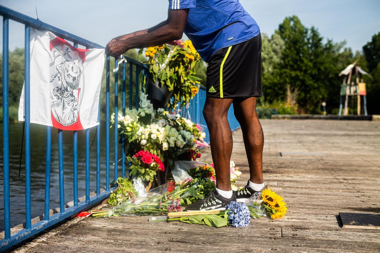 Mensen hebben bloemen neergelegd bij de steiger waar Bas van Wijk werd doodgeschoten. Beeld Joris Van Gennip