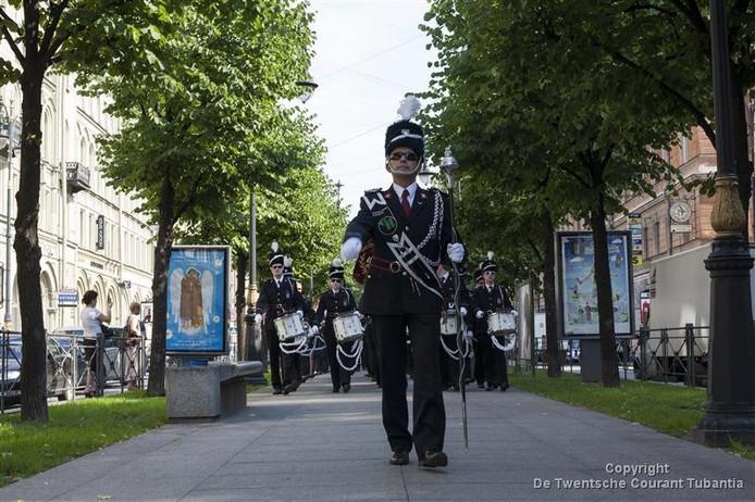 De Vriezenveense Harmonie paradeert door de straten van St. Petersburg.