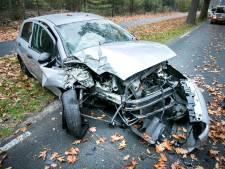 Man ramt auto total loss op boom en moet gewond naar ziekenhuis