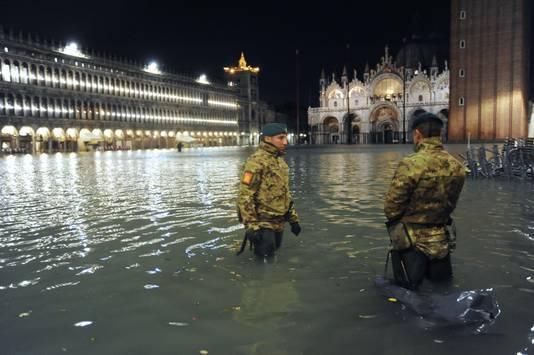 Tot over je knieën in het water in Venetië.