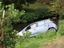 Auto rolt water in na botsing