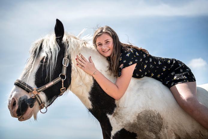Nina van Engelen is dolgelukkig met haar paard Bronx.