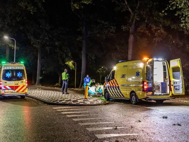 Man zwaargewond bij botsing tegen boom in Tilburg