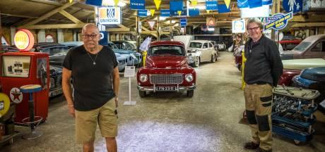 Jos (68) en Gé (70) delen liefde voor Volvo-klassiekers in oude Wezepse kippenschuur: 'Hier lag eerst een dikke laag stront'