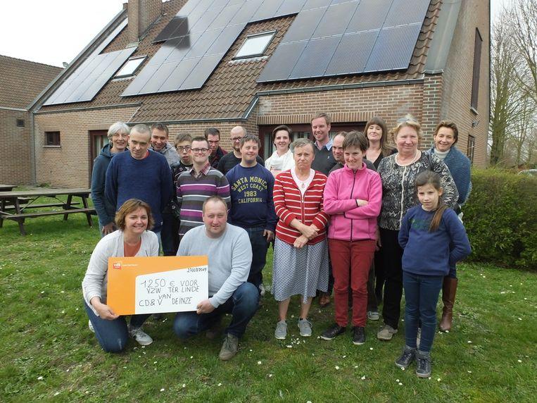 De leden van CD&V Deinze schonken de cheque aan vzw Ter Linde.