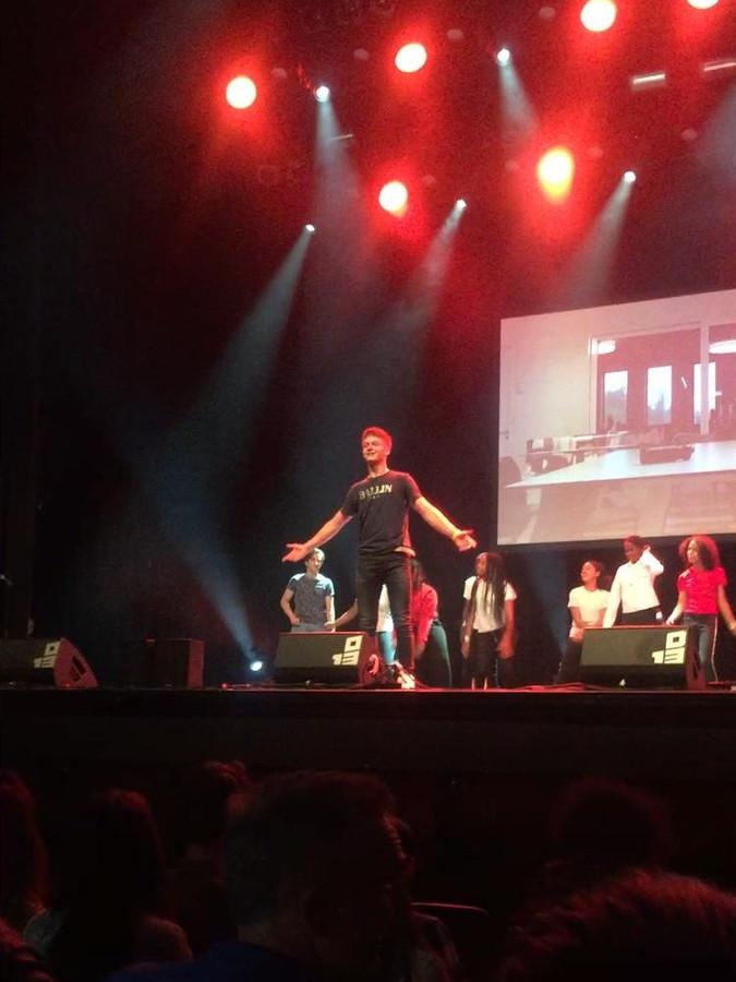 Me-No en JB-crew samen op het podium in 013.