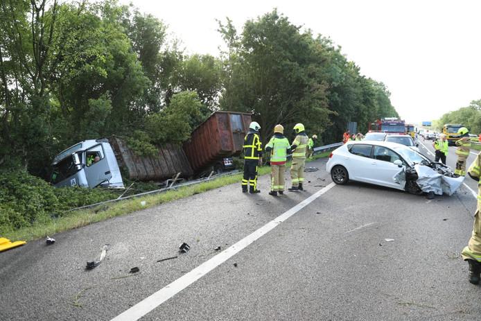 De vrachtwagen ligt in de berm naast de A12 na het ongeval, waarbij meerdere auto's zijn geraakt.