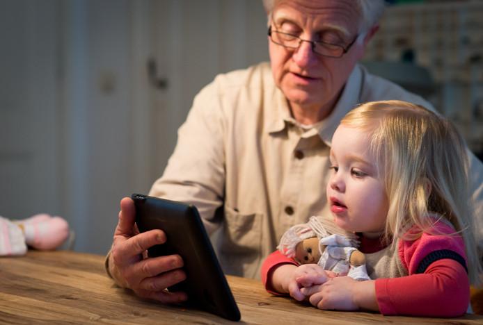 Een net gepensioneerde werknemer past op zijn kleindochter