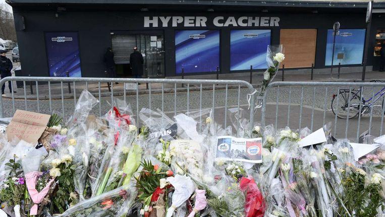 Een zee van bloemen na de gijzeling bij de ingang van de Joodse supermarkt in Parijs. Beeld afp