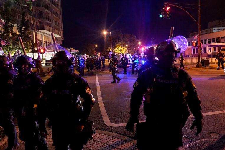 Agenten op straat tijdens de verlengde avondklok in Louisville. Beeld REUTERS