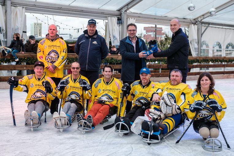 De Antwerp Phantoms Para Ice-Hockey Team schaatsten de piste in. Achteraan herken je schepen Koen Kennis en uitbater Wim Van der Borght.