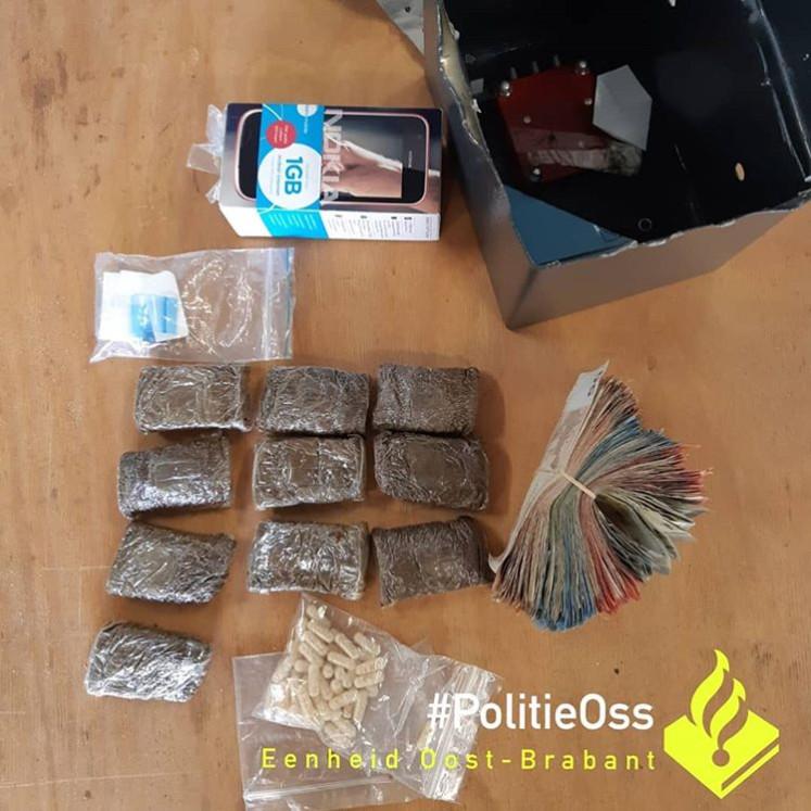 De gevonden drugs en geld bij de verdachten in Herpen.