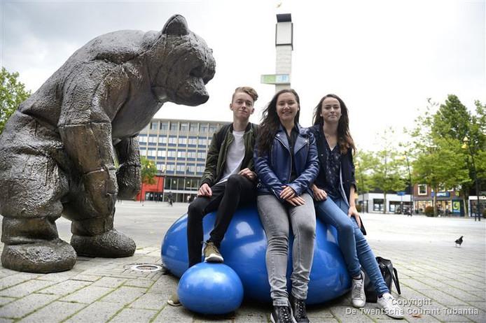 """Saxion studenten Isabelle Vaca,  Shannon de la Combé en Bram van Baal op de Markt in Hengelo. """"Nu nog grijs en saai, straks hopelijk weer aantrekkelijk."""