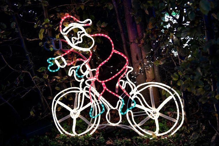 Een fietsende kerstman, een lamp en op de achtergrond 'prettige feesten', het zijn maar enkele voorbeelden van de vele lichtjes aan het Kersthuisje.