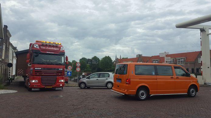 De transporten wurmen zich door de nauwe straten in de binnenstad van Brielle