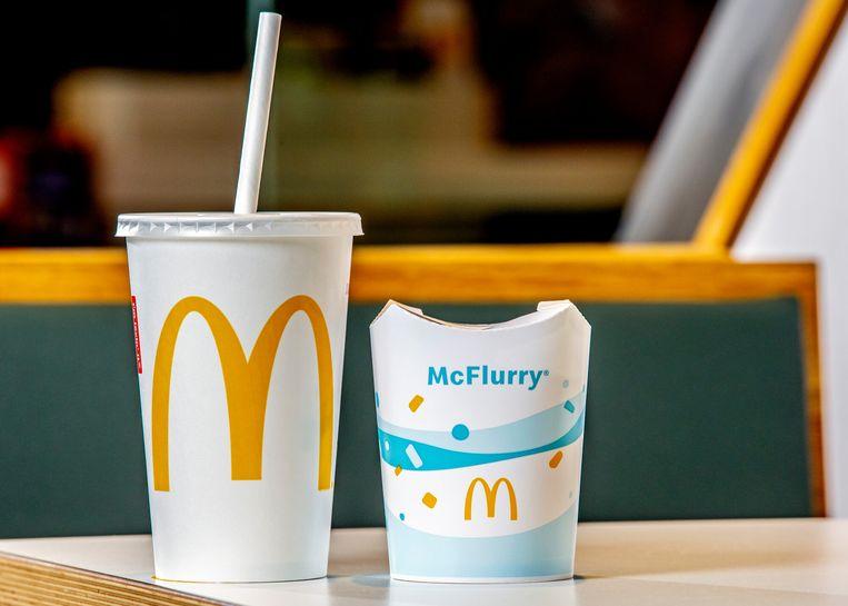 Een beker frisdrank van McDonald's met het nieuwe papieren rietje en de nieuwe McFlurry-beker waarvan de randen aan de bovenkant opengeklapt kunnen worden. Beeld McDonald's