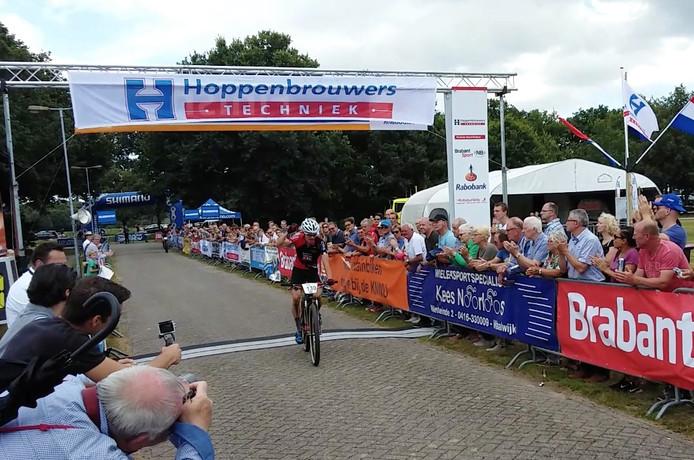 Milan Vader komt als eerste over de finish in Nieuwkuijk.