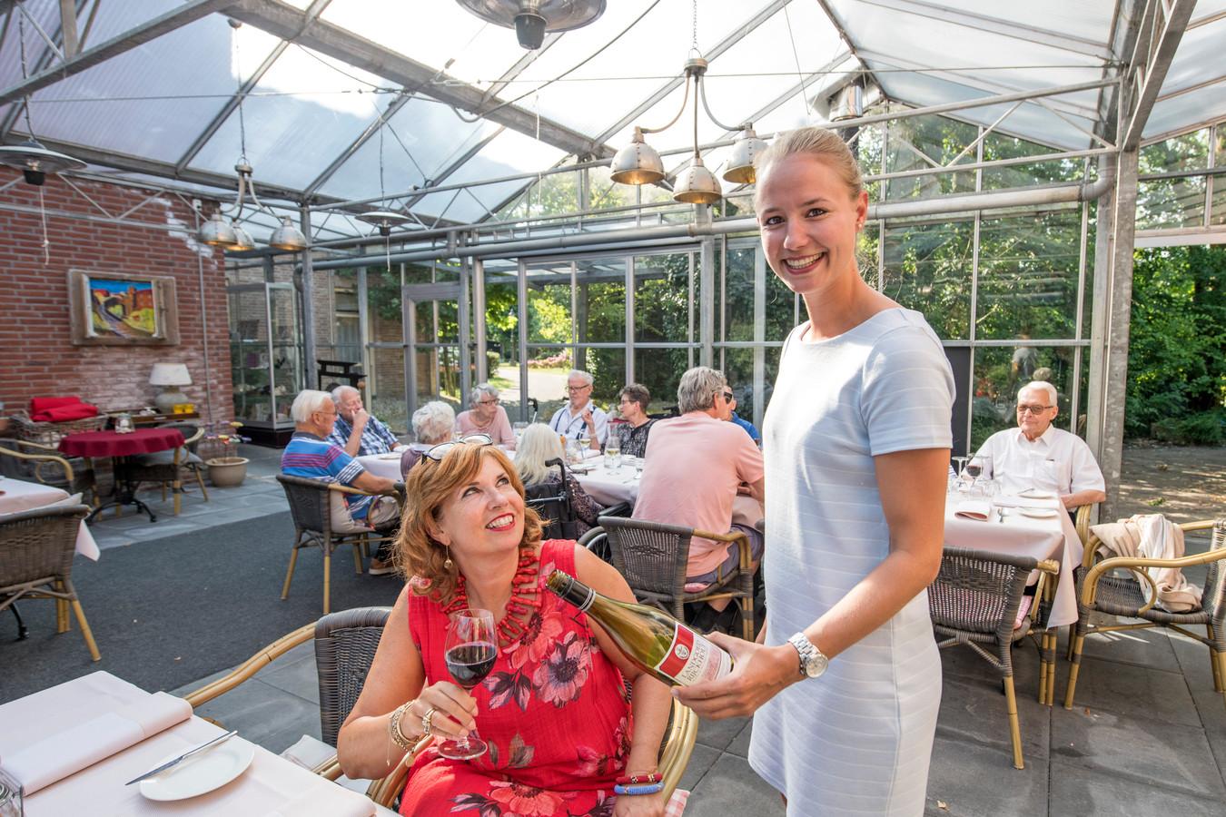 Gastvrouw Anniek Bakker serveert wijnen.