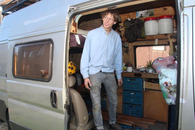 Leendert Van Accoleyen leeft vrij als een kunstenaar/vogel in zijn bestelwagen.