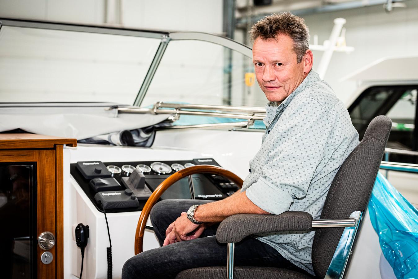 Hans van Veen, directeur van Vedette Jachtbouw, 'aan boord' van een van de boten die hij verkoopt.
