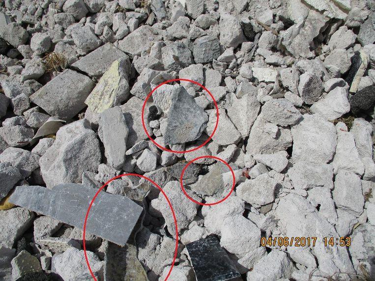 Stukken asbest zitten vermengd tussen steenpuin.