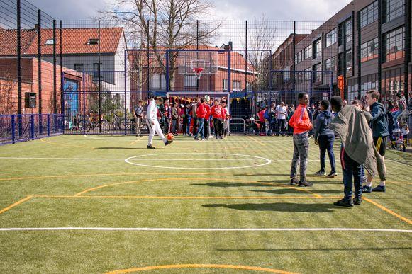 Grotere speel- en sportplekken, zoals dit voetbalpleintje in de Kroonmolenwijk, blijven gesloten.