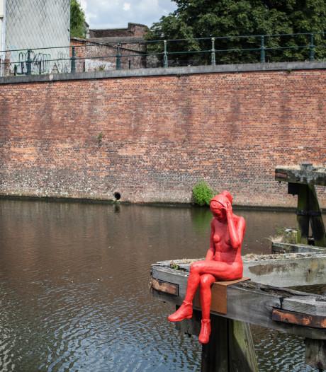 Buurtbewoners verhuizen beeld rode dame naar dak zwembad Van Eyck