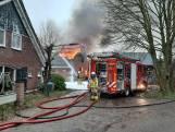 Vlammen slaan uit het dak bij grote brand in De Heurne