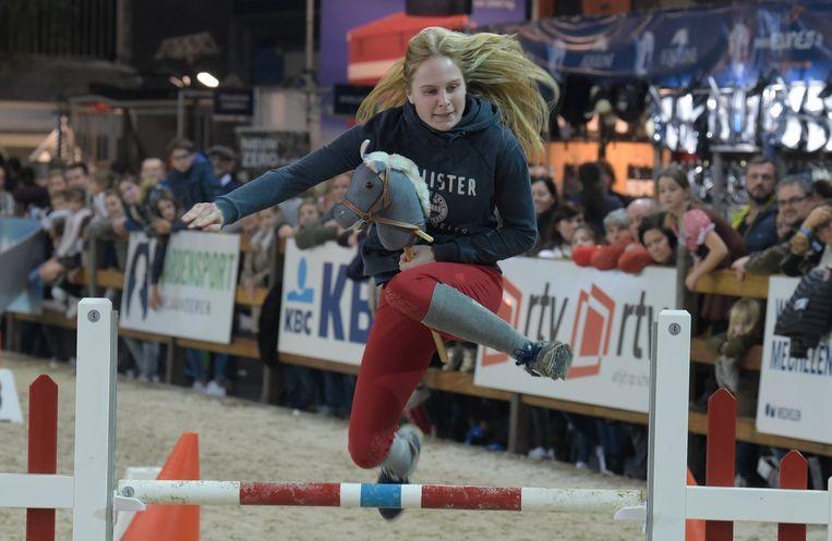 Amazone Axelle werd tweede op het eerste Vlaams kampioenschap stokpaardrijden.