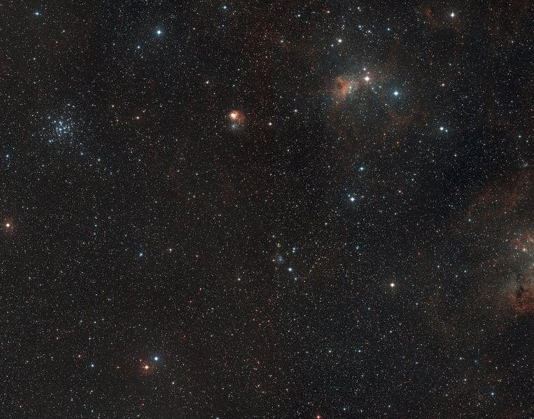 Diep in de kosmos vond radiotelescoop Alma een van de bouwstenen van het leven in een gebied waar jonge sterren ontstaan. Beeld ESO/Digitized Sky Survey 2. Ackn