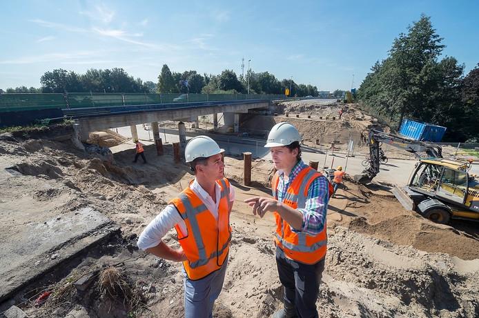 Twee medewerkers bespreken het werk aan het viaduct in de A348 bij De Steeg.