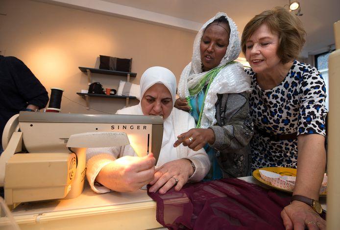Desiree Kester (rechts) met Manah Hamdan uit Damascus (links) en Hiwet uit Eritrea.